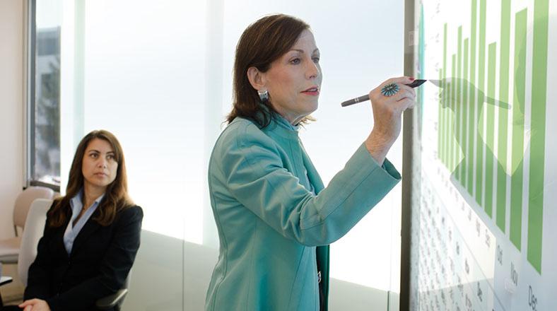 Hjälp kollegorna att säga hejdå till pärmar och post-it lappar– så presenterar du ett nytt CRM-system